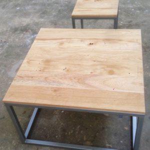 Kleine houten tafel met metaal onderstel